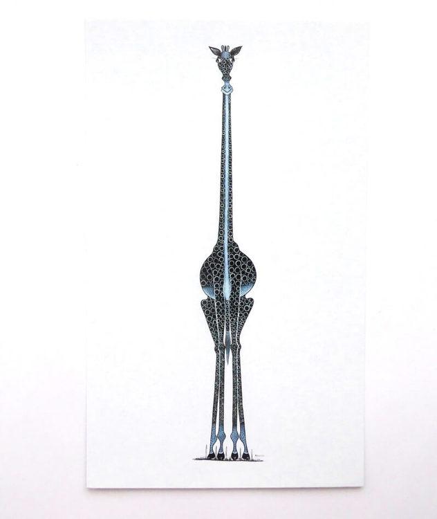 Fantasifullt Tingatinga-kort, motiv giraff stående emot vit bakgrund. Konstnär Kolumba, Tinga Tinga Arts Cooperative Society (TASC).
