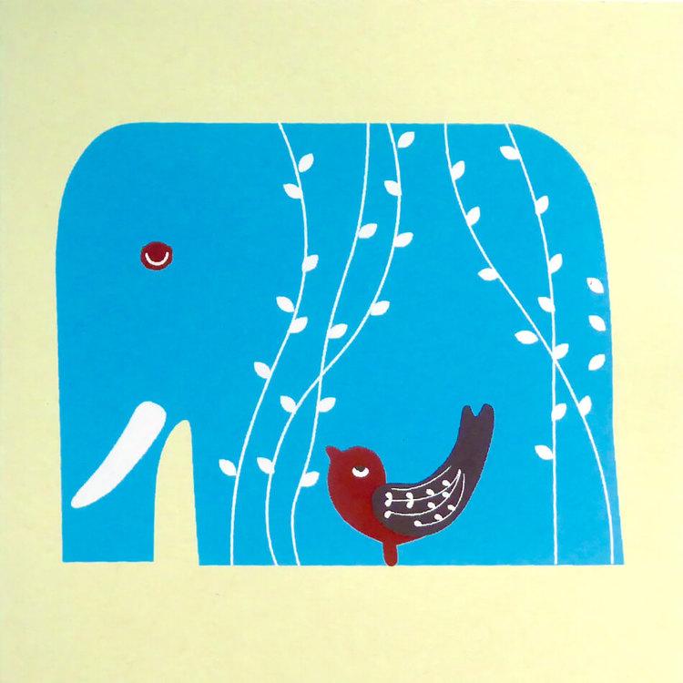 Ett vikt brevkort av handgjort kraftigt hampapapper. Motiv blå elefant med liten fågel. Kuvert medföljer.