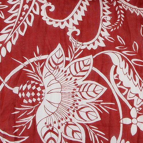 Sjal i bomull, röd med vitt blomstermönster. Närbild. Vacker accessoar, praktiskt att bära på våren och sommaren. Fair Trade.