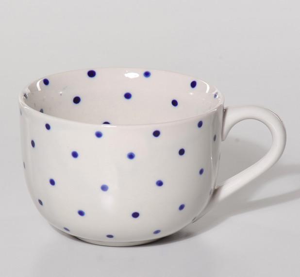 Stor mugg ljusbeige med mörkblå/indigo prickar eller punkter på utsidan och insidan. Handgjord i Vietnam för Fair Trade.