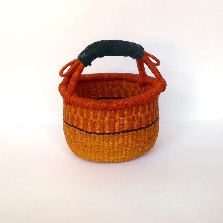 En liten Bolgakorg med ögla är särskilt bra för att förvara garn i. Fair Trade från Ghana.