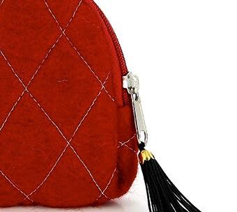 Klarröd sminkväska med innerfack. Handtovad för Fair Trade i Nepal. Azo-fri färg. Detalj av dragkedjan.