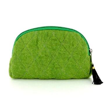 Grön sminkväska med dragkedja och innerfack. Handtovad för Fair Trade från Nepal.