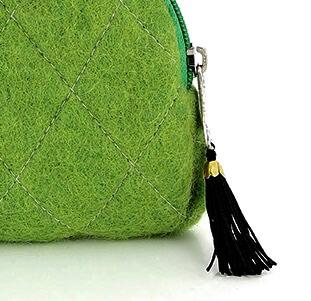 Grön sminkväska med dragkedja och innerfack. Detaljbild. Handtovad för Fair Trade från Nepal.