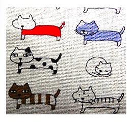 Enkel, gräddfärgad necessär med små roliga katter. Med dragkedja, Insidan impregnerad. Närbild på katterna. Fair Trade.