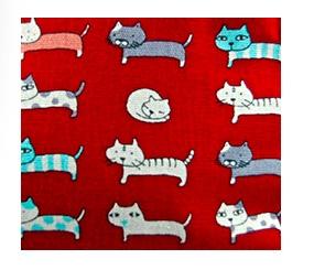 Enkel röd necessär med små roliga katter. Bomull. Insidan impregnerad. Närbild på kattmotiven. Fair Trade från Thailand.