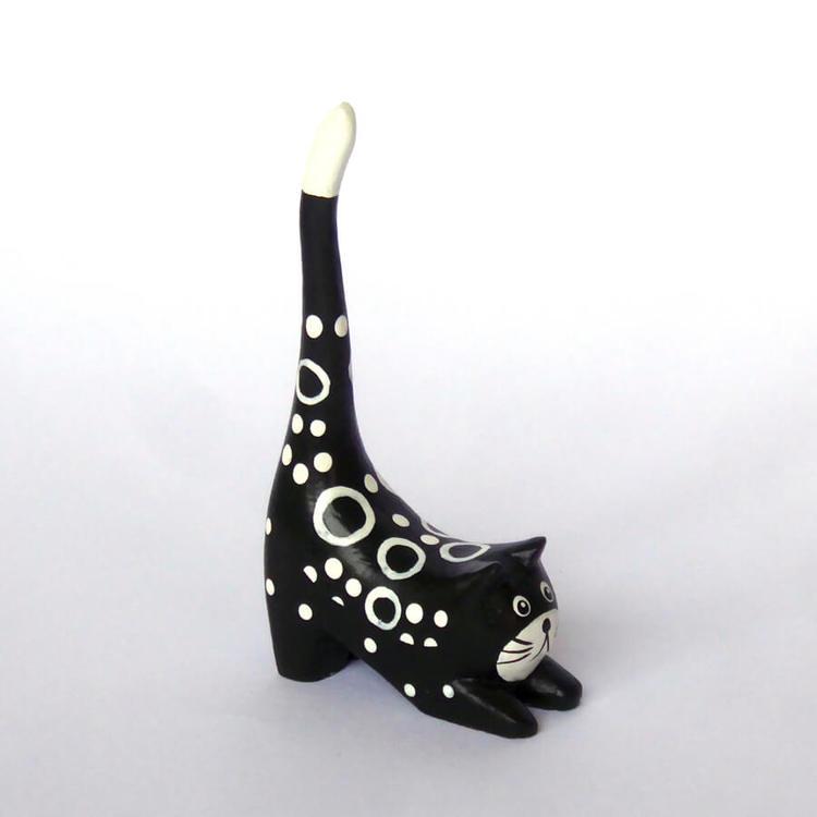 En liten svartvit katt i trä till dekorativ förvaring av ringar. Säljs parvis, du kan ge bort en av dem som bästispresent.