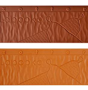 Zotter Labooko Be Happy, två mjölkchokladkakor i en förpackning. En kaka (nedan) med karamellsmak.