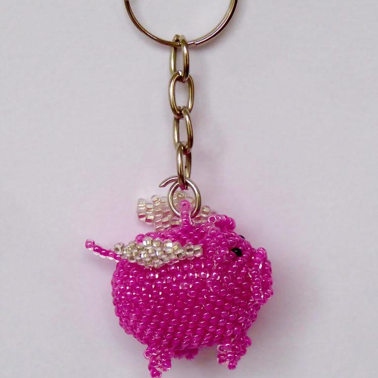 """Nyckelring """"Flygande gris"""", små glaspärlor"""