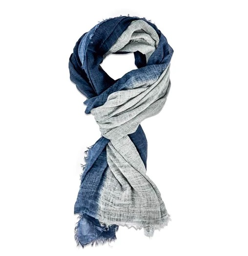 Lång & bred sjal i tunn krinklad bomull. Scarfen har milda blå och grå nyanser. Handvävd halsduk i Indien. Kanterna är något fransiga.