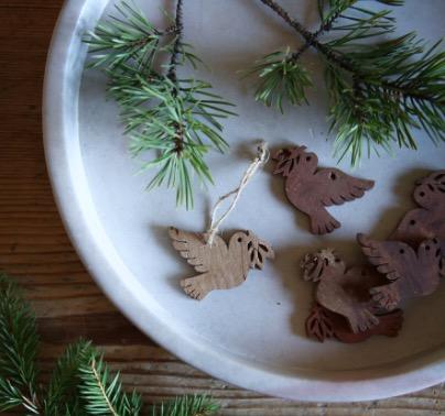 Små duvor med kvist i näbben, handgjorda av  kanelbark. Fin juldekoration. Fair Trade.