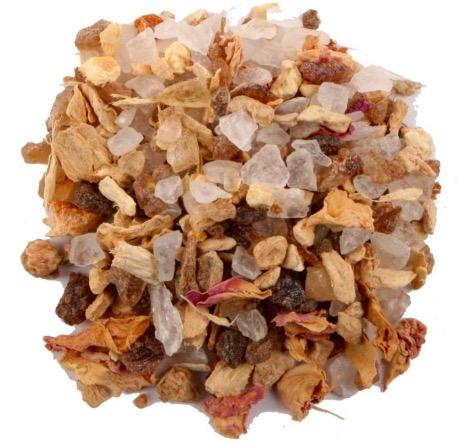 Kandisocker kryddat med ingefära, apelsinskal och rosenblad. Gott även till dessert, småbakelser och  gröt. Närbild. Fair Trade.