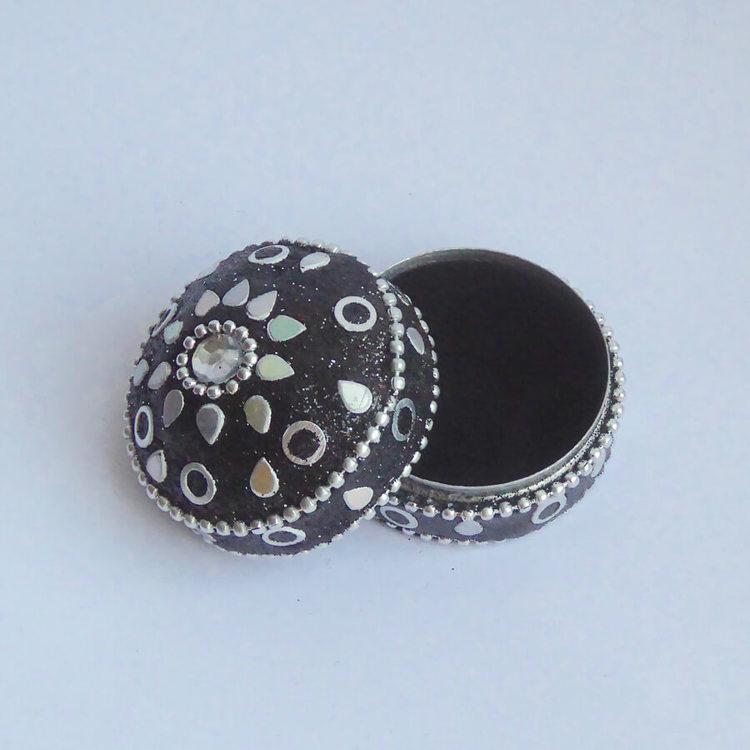 Glittrig nipperask med lock, fint dekorerad med paljetter, Handarbete från Indien för Fair Trade. Öppen ask.