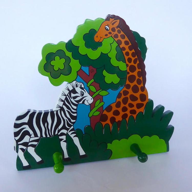 Klädhängare i trä, vägghängare för barnkläder, motiv vilda djur, giraff och zebra.