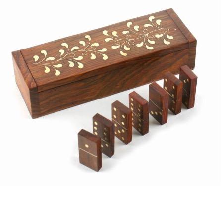 Dominospel i dekorativ träask, 28 träbrickor, prickor av mässing