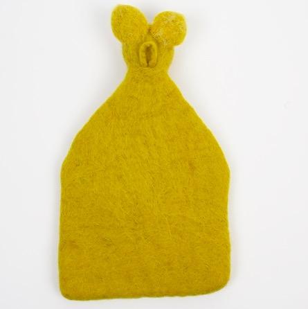 Handtovad väggficka 'Rabbit' från Afroart. Dekorativ väggförvaring för små saker, även som mobillåda. Baksidan med den tovade öglan.
