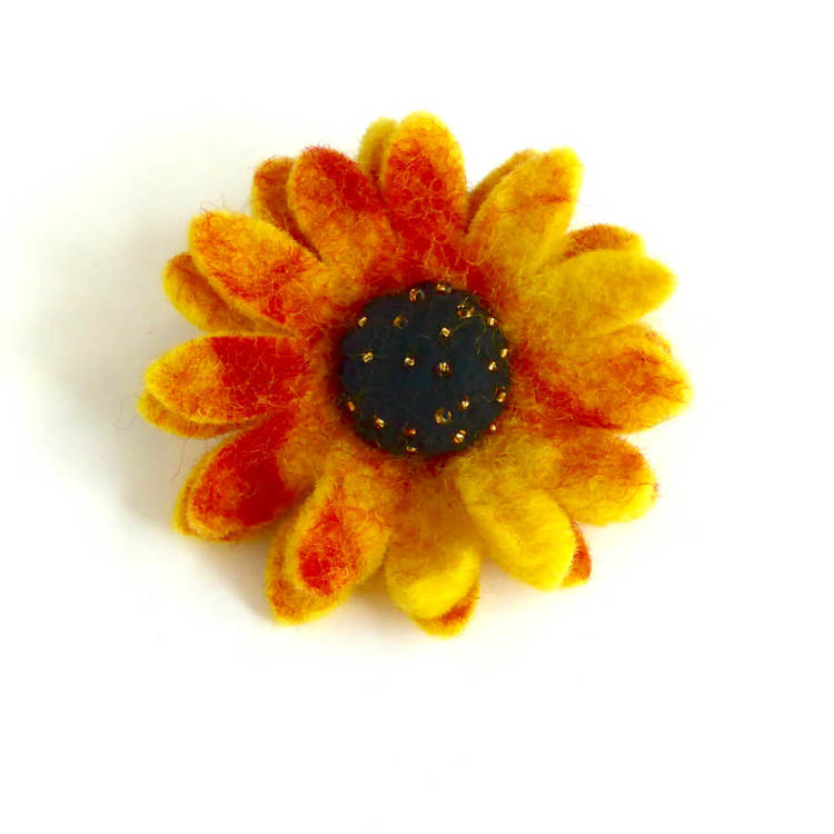 Hårsnodd med lagom stor tovad solros i gul och röda nyanser. Blomkorgen med dekorerad med små glaspärlor. Fair Trade från Nepal, Fair Monkey