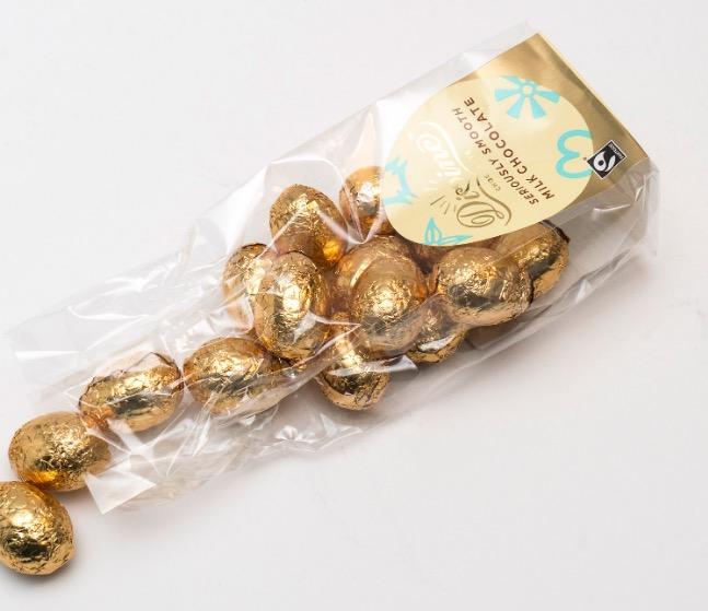 Divine små ägg av mjölkchoklad, Fairtrade-märkt. Öppen påse.