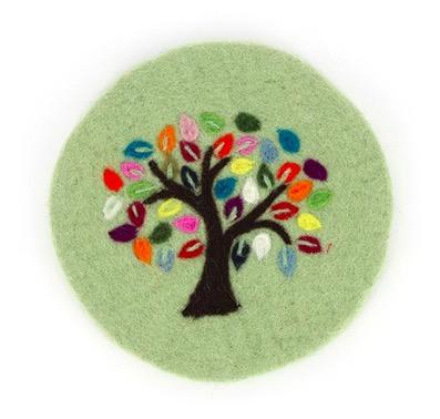 Runt underlägg till gryta och kanna, handtovad ull, limegrön färg. Dekorativt motiv Livets träd med färgglada blad. Fair Trade.