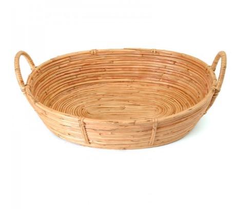 Oval korg eller serveringsbricka av rottingrör. Naturfärgad och olackerad. Från sidan. Fair Trade från Bangladesh.