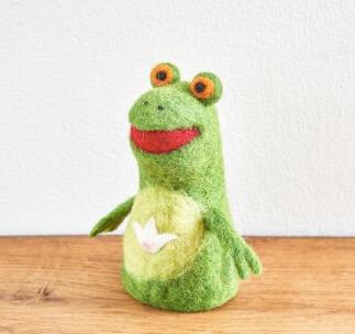 Handtovad groda, glad och rolig figur., Lilla grodan Kermit. Passar som äggvärmare eller dekoration till påsk och våren. Fair Trade.