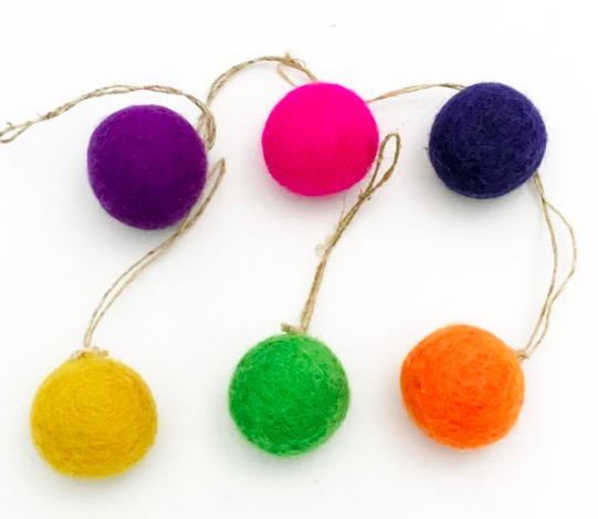 Påskbollar som pynt i påskriset eller fönstret. Färgerna grön, orange, röd, gul, mörkblå, lila. Med snöre till upphängning.