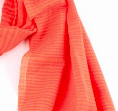 Mjuk bomullsjal i vacker orange med mörkorange strimmor. Detailjbild. 100x180cm. En scarf från Indien för Fair Trade.