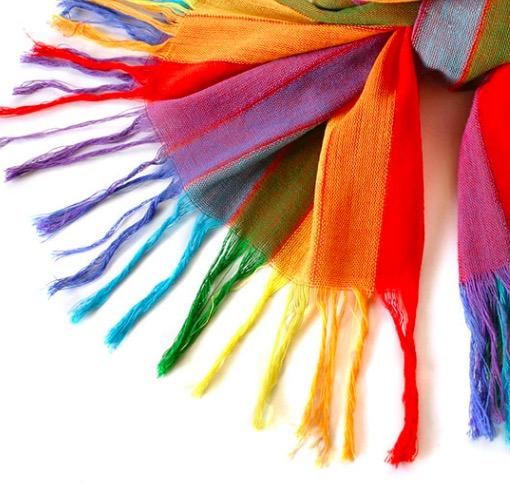 Stor färgglad sjal i regnbågens färger i handvävd bomull. Detaljbild sjal med fransar. Från Ecuador. Fair Trade.
