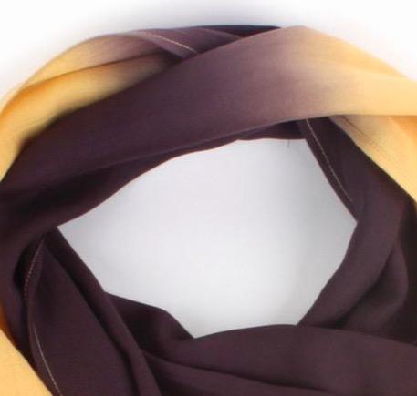 Handvävd sjal eller scarf i varma gula och bruna färger. 40x180cm. Ekologiska proteiner från soja och tofu. Detaljbild brun-gul övergång.Fair Trade.