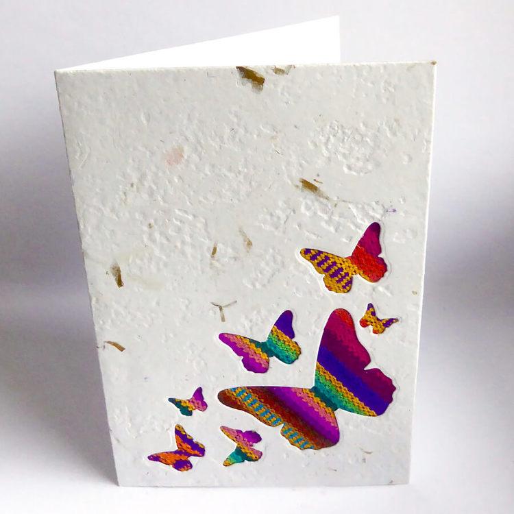 Handgjort brevkort av återvunnet papper och bananblad. Motiv fjärilar. Artizan International, Ecuador. Fair Trade.
