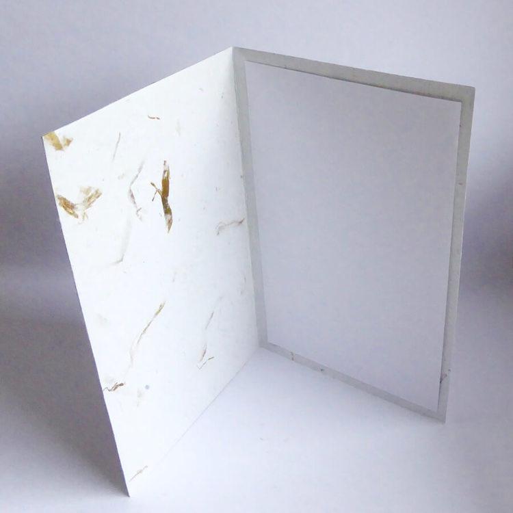 Handgjort brevkort av återvunnet papper och bananblad. Motiv fjärilar. Insidan. Artizan International, Ecuador. Fair Trade.