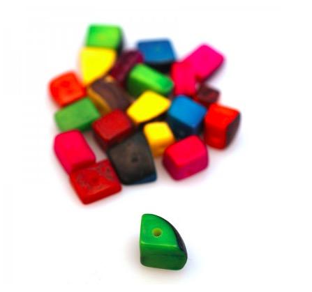 Små bitar av taguanöt, med hål. olika former och färger. DIY  gör dina egna smycken. Fair Trade från Colombia.