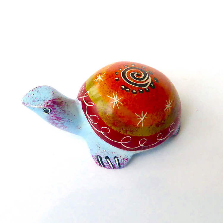 Sköldpadda i täljsten, orange, ljusblå. 7 cm. Kisii-täljsten. En liten fin lyckosymbol, Fair Trade från Kenya