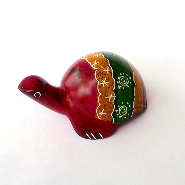 Sköldpadda i täljsten, grön, röd, orange. 7 cm. Kisii-täljsten. En liten fin lyckosymbol, Fair Trade från Kenya