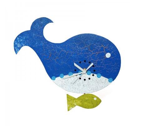 Rolig väggklocka, en val med en liten fisk som pendel. Recycling metall. Tyskt urverk, batteridrivet. Fair Trade.
