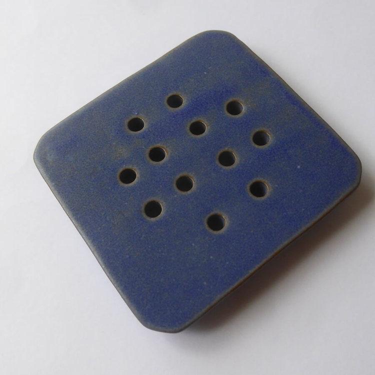 Tvålkopp eller tvålfat av stengods, keramik. Kvadratisk med hål för att vattnet kan rinna bort. Fair Trade Nepal,.