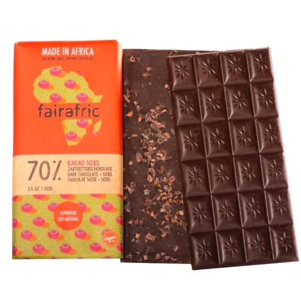 Fairafric ekologisk mörk choklad 70 % med kakaonibs för en extra god chokladsmak. Made in Ghana, Fair Trade.
