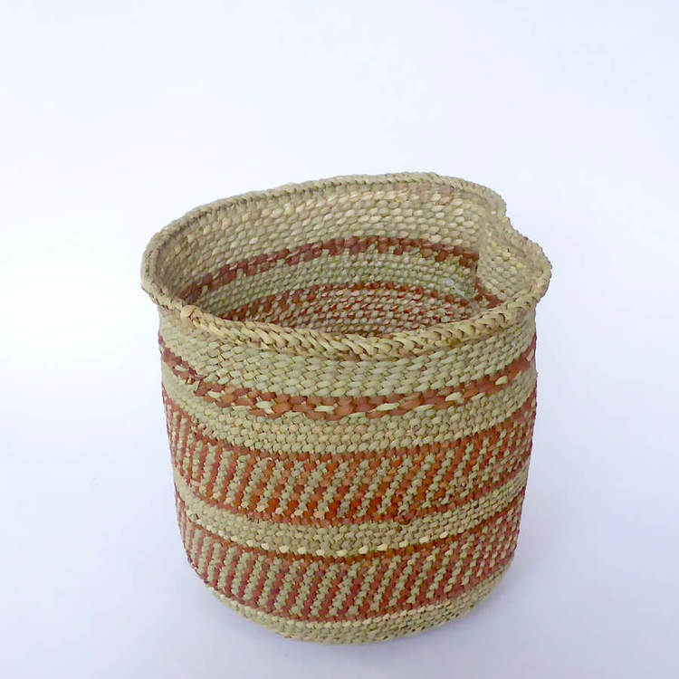 Korg Njombe-Iringa. Flätad för hand av milulu-gräs. Med fint terracotta-mönster. Fair Trade från Tanzania.