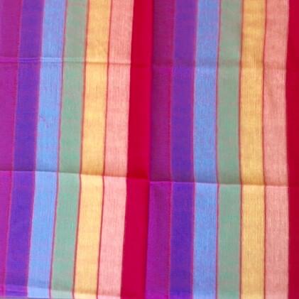 Stor färgglad sjal i regnbågens färger i handvävd bomull. Detaljbild. Från Ecuador. Fair Trade.