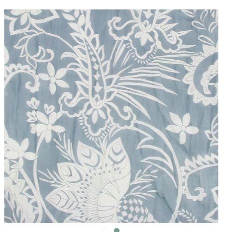 Tunn & mjuk sjal i bomull, ljusgrå med vitt slingrande blomstermönster. Detaljbild på mönstret. 180 x 50 cm.
