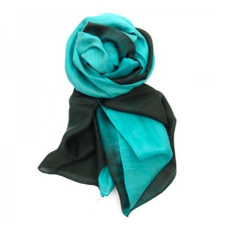 Elegant sjal eller scarf i siden/silke i vackra akvamarin ooch gröna färger. Handvävd i Vietnam. Fair Trade. Kan bäras på olika sätt.