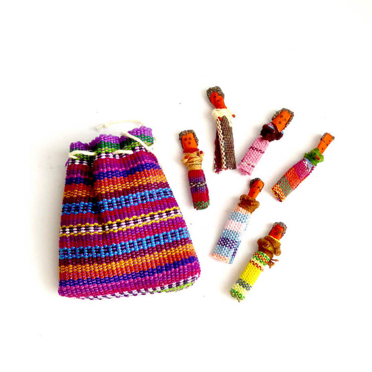 Små bekymmersdockor, worry dolls, i en tygpåse. Dockorna lindrar oro och bekymmer, handgjorda för Fair Trade i Guatemala.