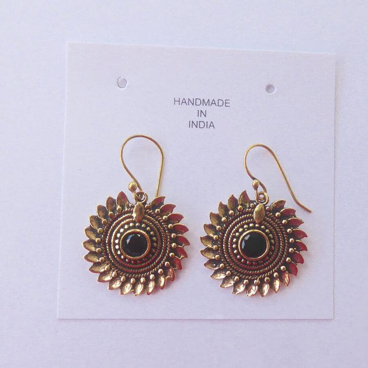 Örsmycke, örhänge i nickelfri mässing, en sol med onyx, handmade i Indien, Fair Trade.
