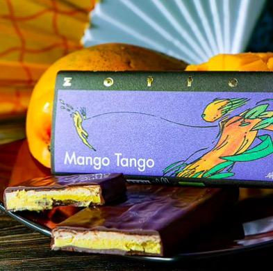 Zotter Mango Tango, exklusiv handgjord chokladkaka med ganache av mango och citron. Fair Trade, ekologisk, bean-to-bar. Bild med dekoration.