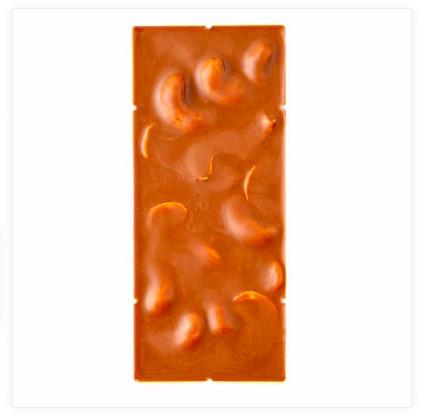 Utsökt Zotter-chokladkaka av ljus mjölkchoklad med cashewnougat och hela Cashewnötter. Fair Trade & ekologisk. Kakans baksida.