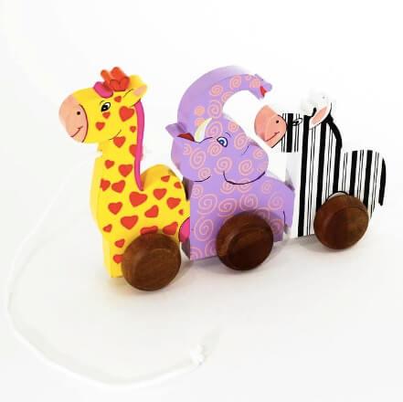 Dragleksak i trä med giraff, elefant och zebra på rad. För småbarn som lär sig gå. Giftfria färger. Fair Trade.