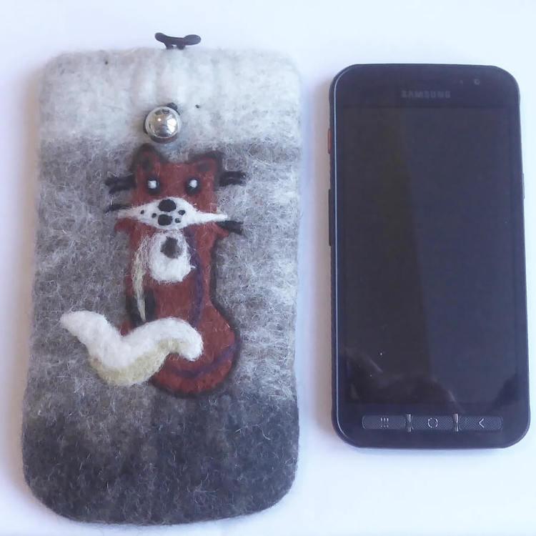 Handtovad mobilväska 17x10 cm, till smartphone,  på framsidan en räv. Fair trade från Nepal. Bredvid en smartphone för att jämföra storleken.