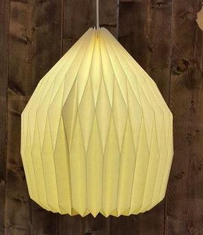 Yoko-lampskärm av kratongpapper, handgjord i origamiteknik i Indien för Fair Trade. Milt och varmt ljus.