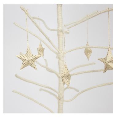 Julhänge Top stjärnor, papper benvit med gullene prickar, Afroart. Dekrationsexempel.