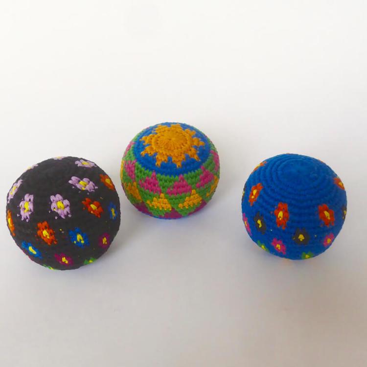 3 jongleringsbollar vikrade i olika mönstrer. Fast fyllning, men ändå mjuka i handen. Fair Trade.